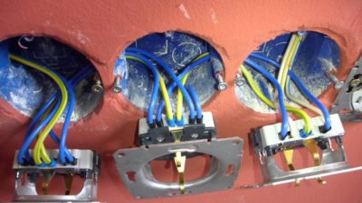Как подключить блок розеток от одного кабеля?
