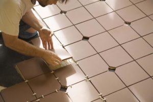 Как класть плитку на кухне – выбираем материал и постигаем азы мастерства