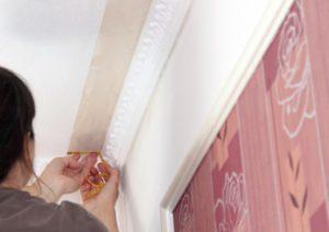 Как подготовить потолок и поклеить обои и плинтус своими руками
