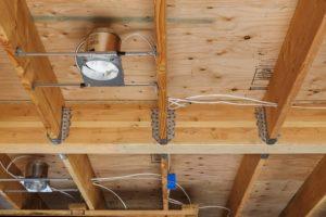 Безопасная проводка потолочной системы электроснабжения по деревянному потолку