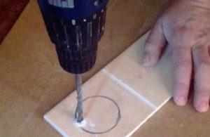 Как просверлить отверстие любого диаметра в керамической плитке