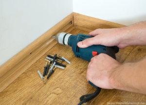 Установка плинтуса в квартире — выбор материала и инструкция для работы