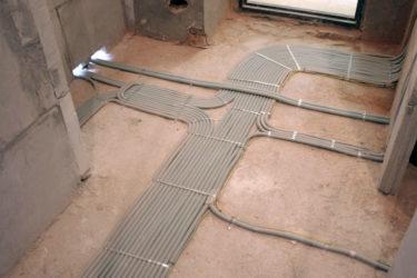 Укладка электропроводки в стяжку