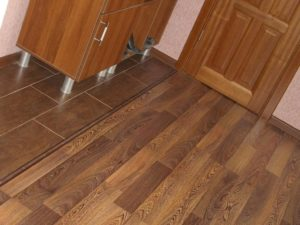 Ламинат для кухни и прихожей – в чем особенности покрытия?