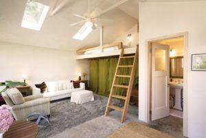 Второй этаж в комнате с высокими потолками – как обустроить