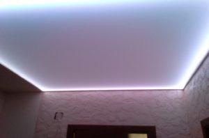 Монтаж и фото прозрачного натяжного потолка со светодиодной подсветкой