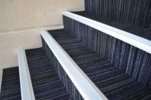Использование накладок при укладке ковролина на лестницы